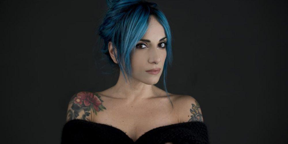 Da oggi online il videoclip del nuovo singolo di Ketty Passa, Sola al Tavolo